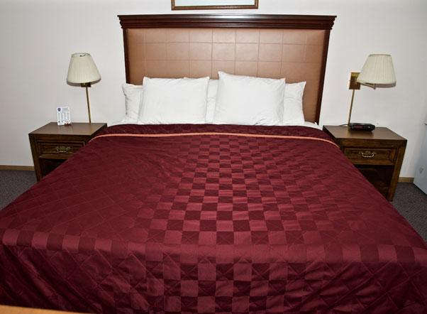 King Oscar Motel Centralia Queen Bed Guest Room
