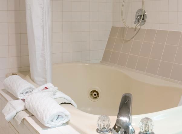 King Oscar Motel Centralia Whirlpool Tub